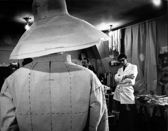 Yves Saint Laurent - 1961/1962 - PrŽeparation de la premiere collection sous son nom - essayage